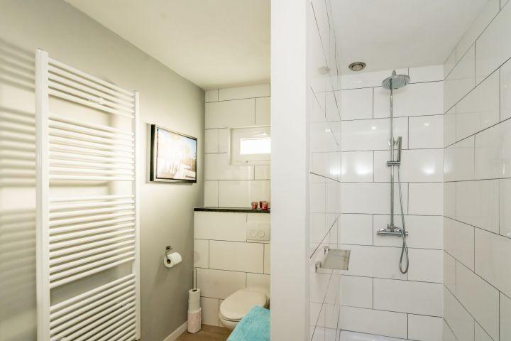 Badezimmer mit Regendusche und Toilette