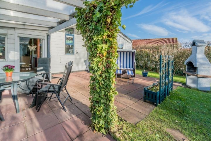 Der sonnige Garten mit überdachter Terrasse