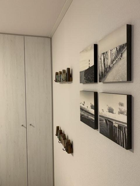 Bilder und Kleiderhaken im Schlafzimmer 2