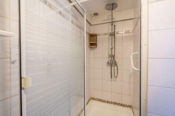 Badezimmer mit Dusche und Badmöbel