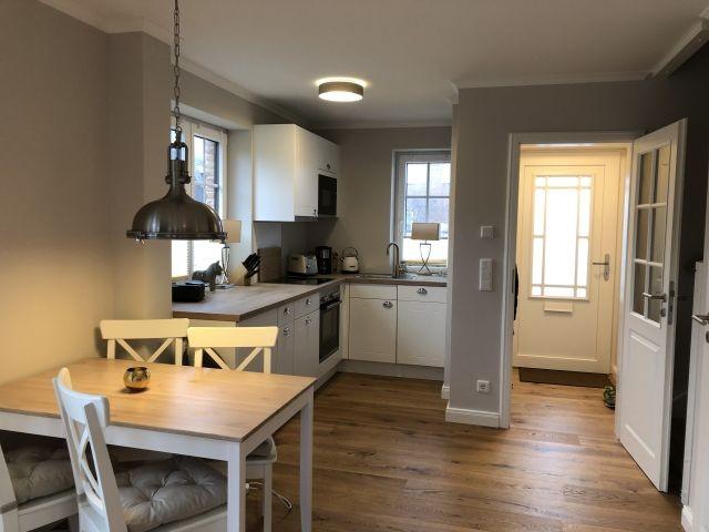 Esstisch und Blick zum Küchen und Eingangsbereich