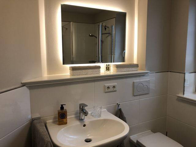Bad mit WC, Fenster und Waschbecken