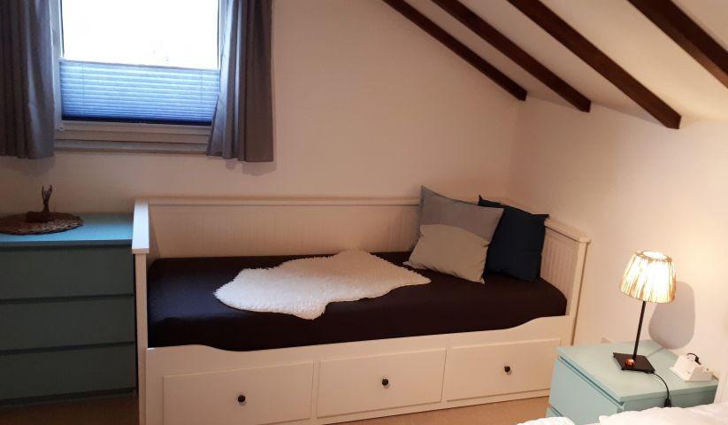Tagesbett, das auf 1,60 m ausgezogen werden kann.