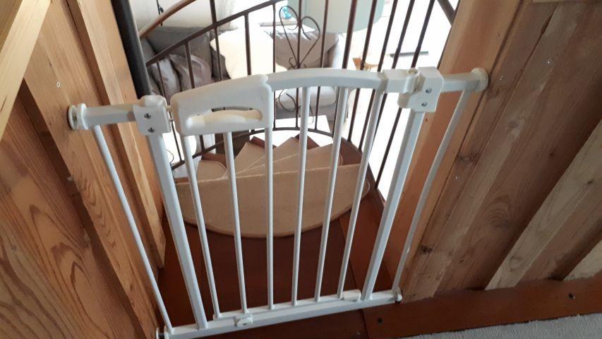 Zur Sicherheit für Ihren Hund - im Handumdrehen oben oder unten an der Treppe anbringbar