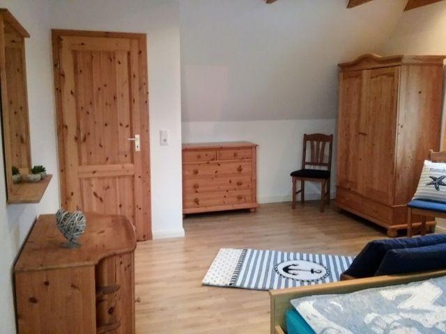 Kleiderschrank und Kommode vervollständigen das Schlafzimmer