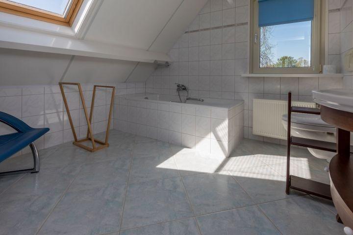 1. Etage: Badewanne, Waschbecken und Toilette