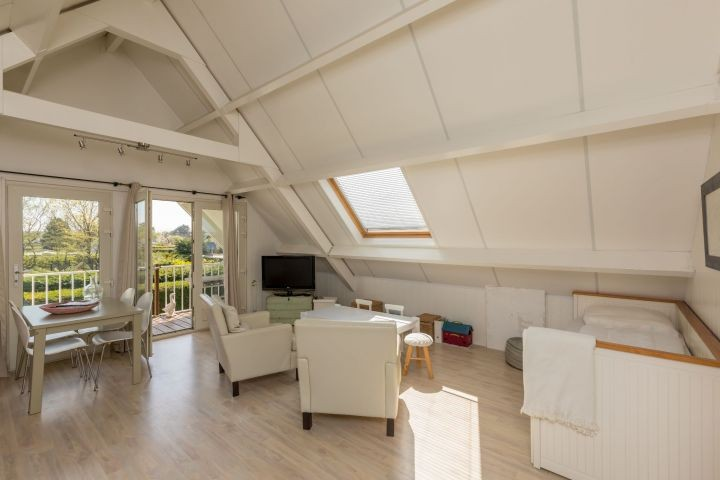 1. Etage: helles Wohnzimmer mit Schlafsofa