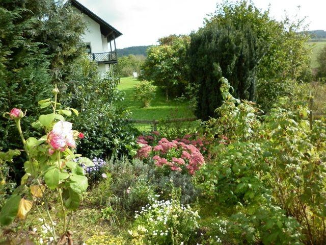 Blumengarten unterhalb der oberen Terrasse