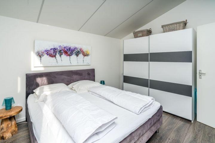 Schlafzimmer 1 mit Boxspringbett und Kleiderschrank