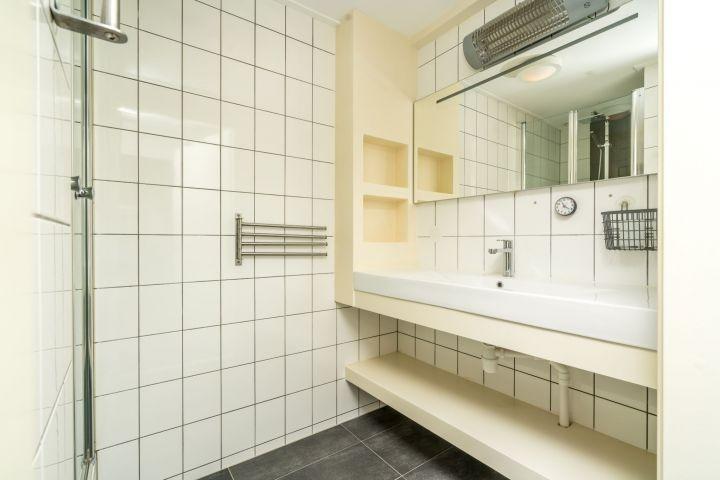 Das moderne Bad mit Regendusche und Waschbecken