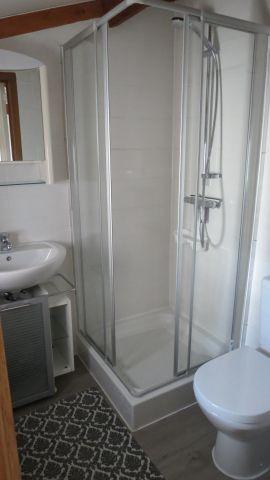 Bad mit Waschtisch, Dusche und WC