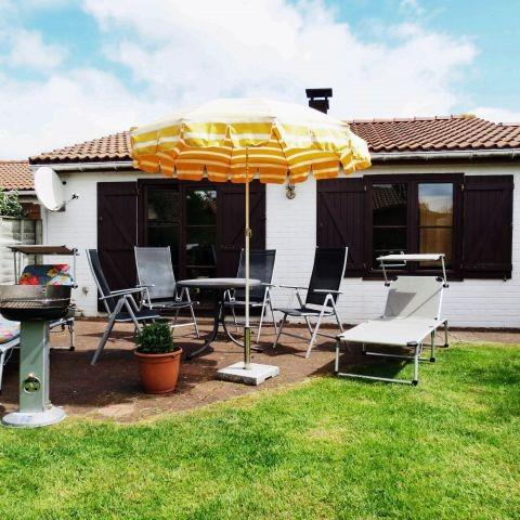 Terrasse mit Gartenmöbeln, Liegen, Sonnenschirm, Grill