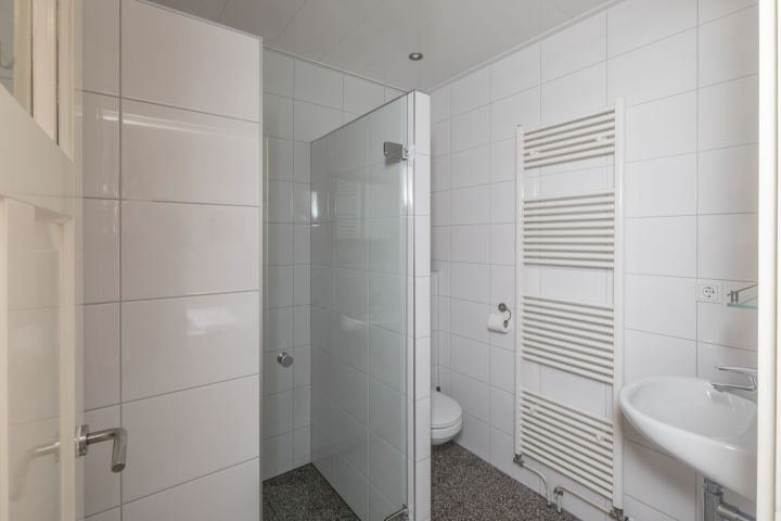 Das moderne Bad mit Dusche, Waschbecken und Toilette