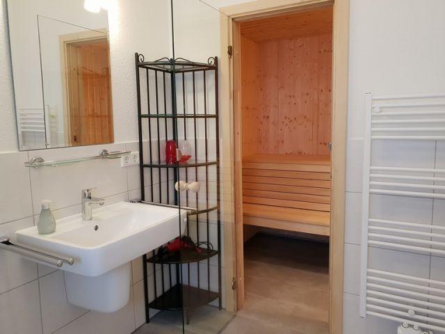 das Duschbad mit Sauna