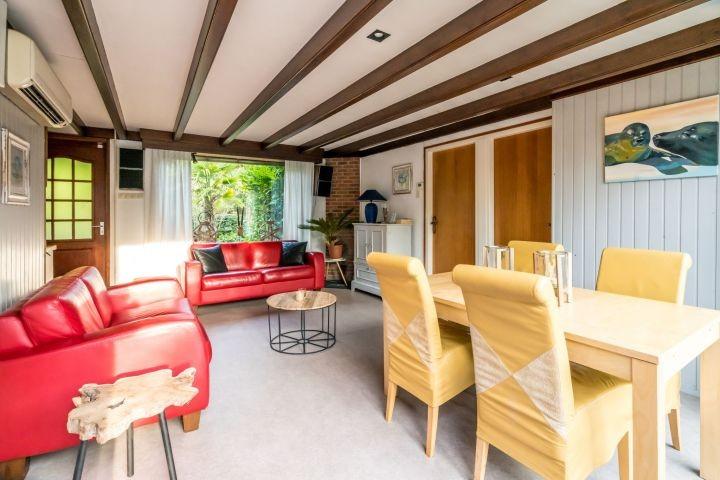 Wohnzimmer mit gemütlicher Sofaecke