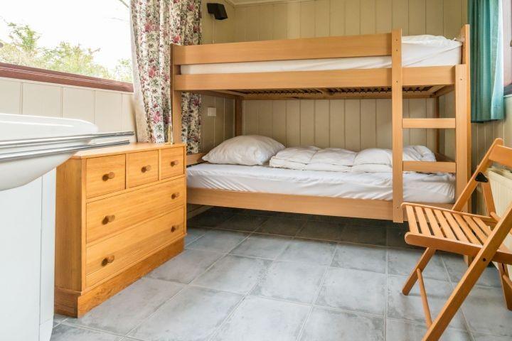 Schlafzimmer 3 mit Etagenbett und Waschbecken