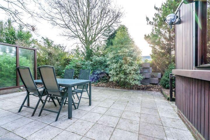 Sonnige Terrasse mit Gartengruppe