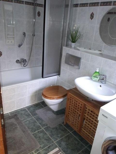 Bad mit Badewanne und Waschmaschine