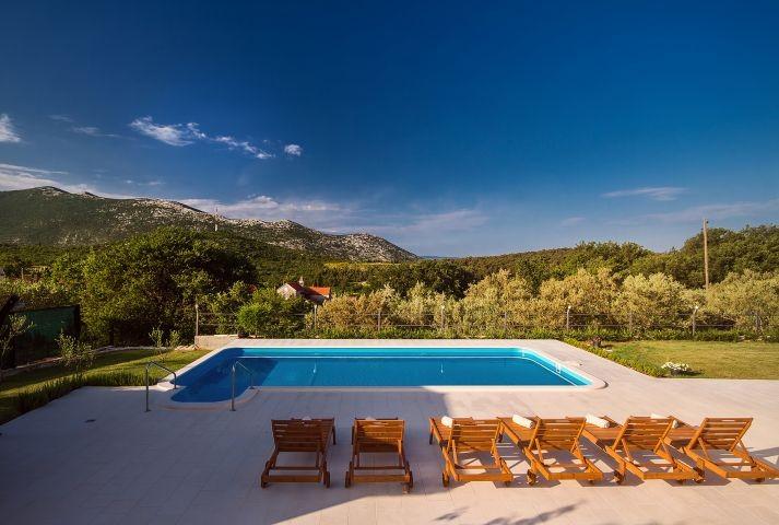 Geöffneter Ausblick auf die Hügel und die mediterrane Umgebung
