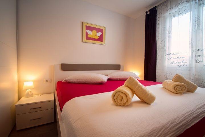 Schlafzimmer Nr1 mit Doppelbett 180x200 und geräumiges Badezimmer mit Dusche