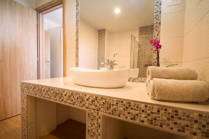 Bad mit Dusche, im Schlafzimmer Nr. 1