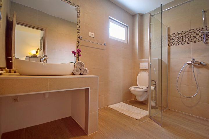 Familienbadezimmer mit begehbarer Dusche