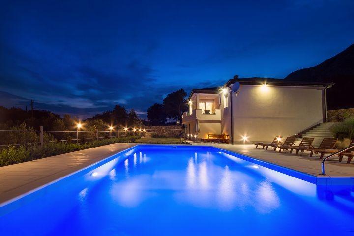 Privater Pool 10m x5m mit angenehmer Lichtorganisation
