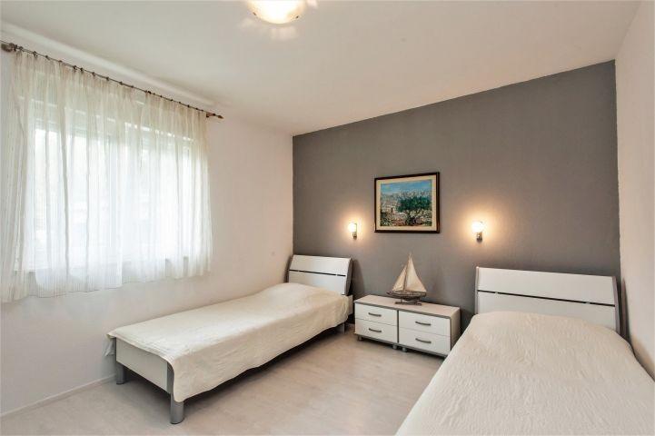 Schlafzimmer Nr. 1 mit zwei Einzelbetten und PS4