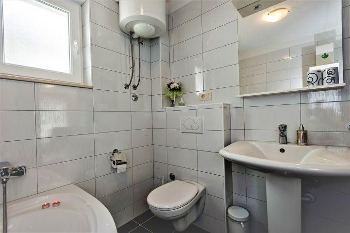 Badezimmer mit Badewanne im Erdgeschoss
