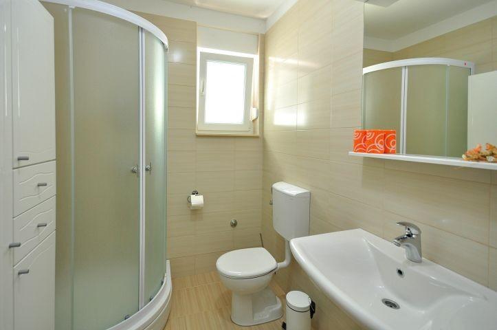 Badezimmer mit Dusche in Schlafzimmer Nr. 2