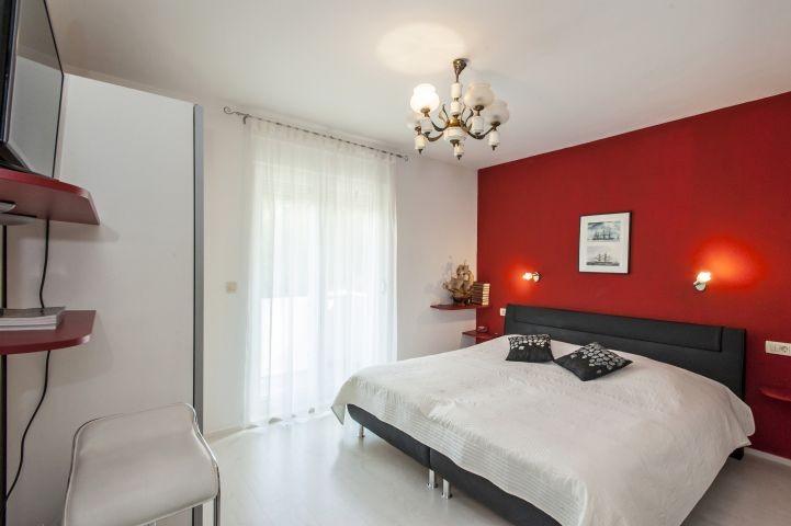 Schlafzimmer Nr. 2 mit Doppebett und Badezimmer