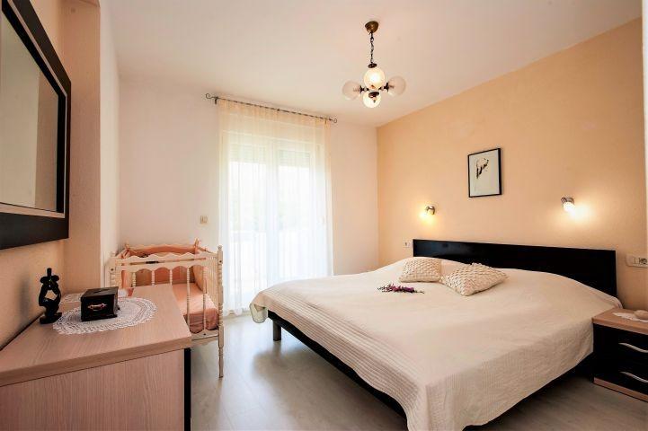 Schlafzimmer Nr. 3 mit Doppebett und Badezimmer