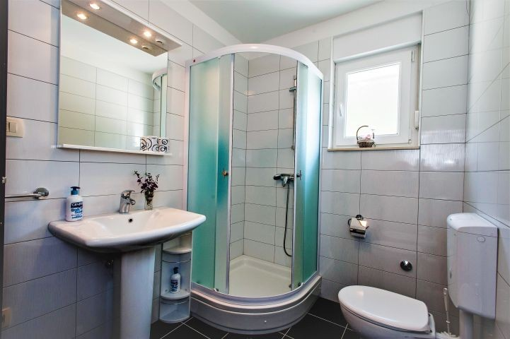 Badezimmer mit Dusche in Schlafzimmer Nr. 3