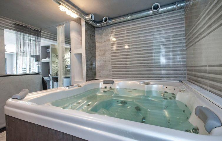 Jacuzzi im Innenbereich mit Dusche - toll zum entspannen