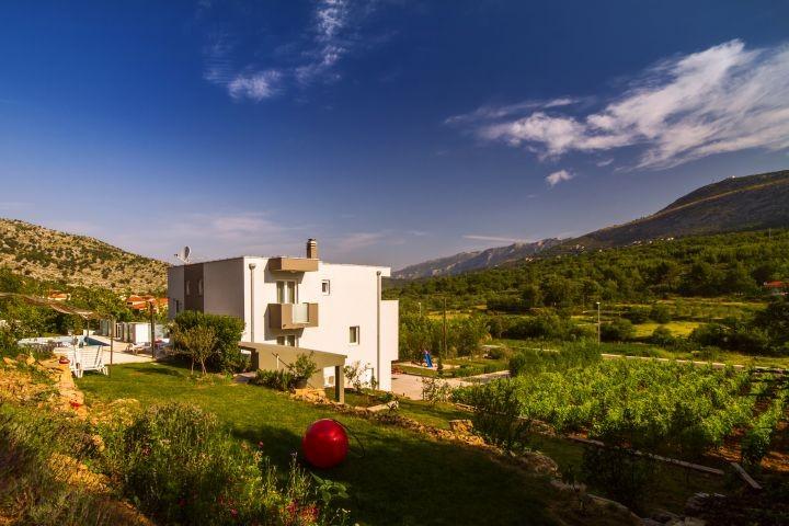 Villa Oblik auf 2200m2 mit Pool und Whirpool im Innen- und Aussenbereich