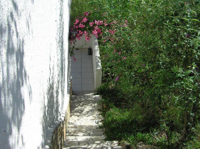 Weg vom Eingangsbereich zur Terrasse im Untergeschoss