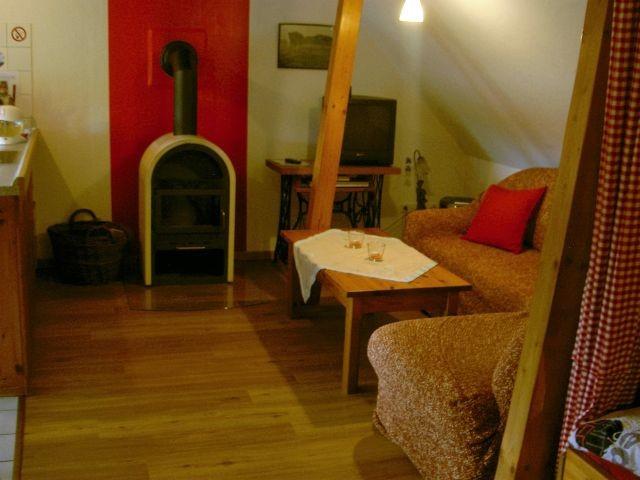 Wohnzimmer-Sitzecke mit Kaminofen