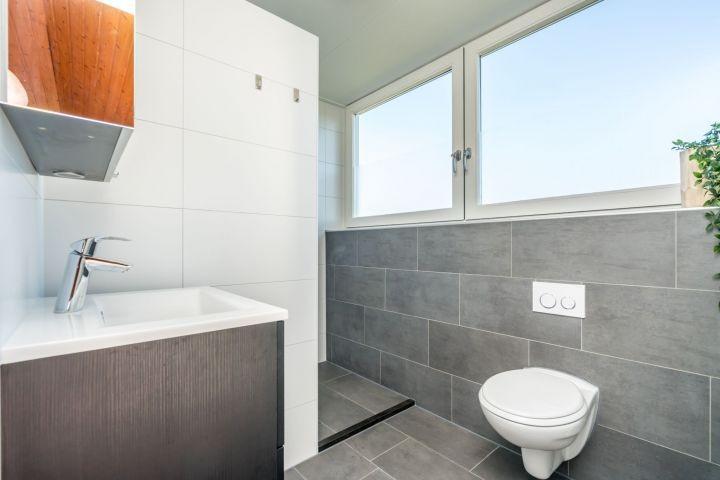 Badezimmer 2 mit Dusche, Waschbecken und Toilette (2018)