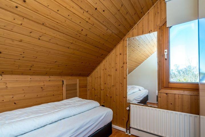 Schlafzimmer 3 mit Boxspringbett und Kleiderschrank