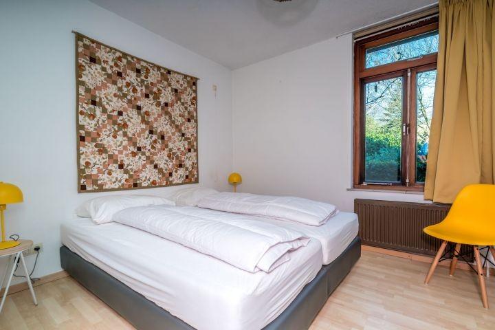 Schlafzimmer 2 mit Boxspringbetten und Waschbecken