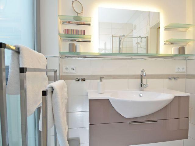 Bad mit Dusche/WC, Waschtisch