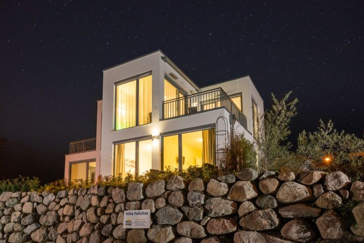 Hausansicht bei Nacht Villa Felicitas im Ostseebad Binz