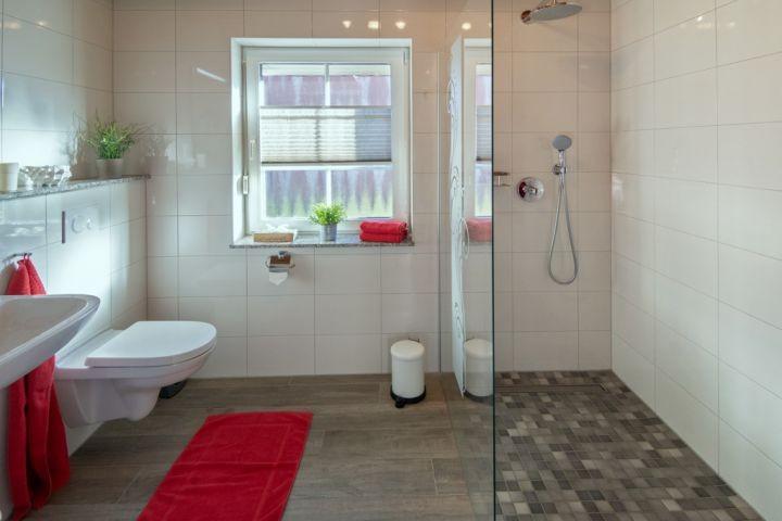 Badezimmer EG mit begehbarer Dusche