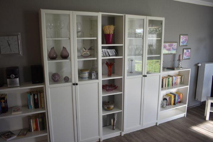 Schrankwand mit Gläser, Musikanlage, Cds und Bücher