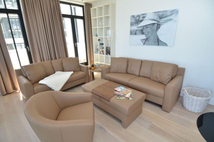 Sofa und Sessel im Wohnzimmer