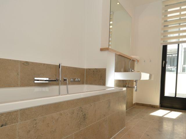 ensuite-Bad 1. Schlafzimmer mit Badewanne, Dusche, WC