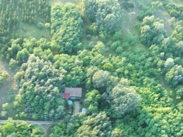Luftaufnahme vom Gelände und der Puszta Tanya