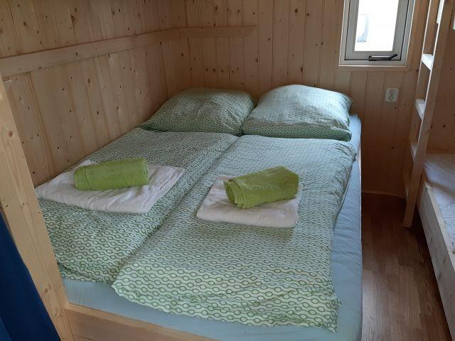 1,40 m Bett mit Etagenbett darüber