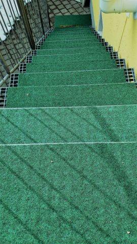 Für die Hunde haben wir einen Rasenteppich auf der Treppe befestigt.