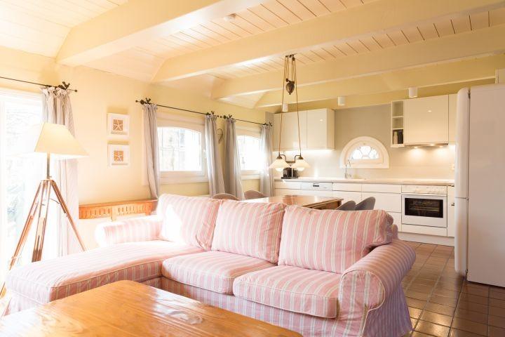 die gemütliche Couch mit Blick in die Küche